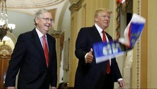Trumpa şok! O bayrağı yüzüne fırlattı