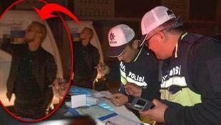 Polisler ceza yazarken bakın arkada ne yaptı