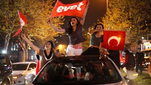 Halk kararını verdi! İşte referandum gecesinden kutlama görüntüleri