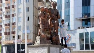 Atatürk heykeline çekiçle saldırdı!