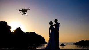 Düğünde sıraya girmeye üşendi dronela takı taktı!