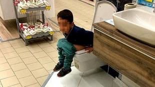 AVM'de görenleri şaşırtan görüntü... Bir anda tuvaletini yaptı