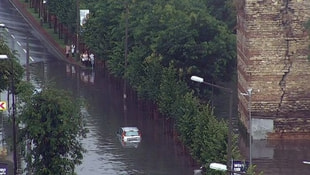 İstanbulda sağanak yağış hayatı felç etti!