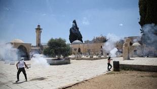 İsrail polisi Mescid-i Aksadaki cemaate ses bombaları ile saldırdı
