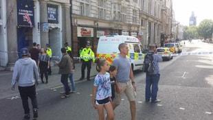 Londra'da bir araç parlamento binasının bariyerlerine çarptı