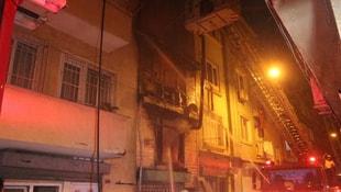 Beyoğlunda ahşap bina alev alev yandı