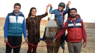 Küçük Talha engelini at üstünde aşıyor