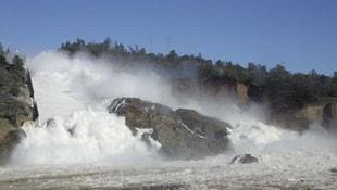 ABD'de baraj delindi! Bölgede yaşayan 188 bin kişinin kaçışı sürüyor