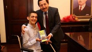 Kitap sevincini Vali Balkanlıoğlu ile paylaştı