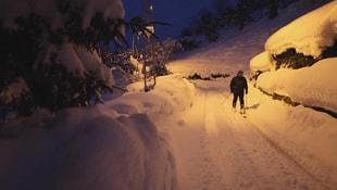 Rize'de köy yolunda kayak keyfi