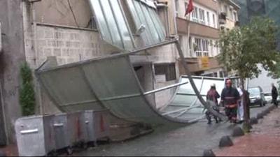 Beyoğlunda şok! Çatı uçtu