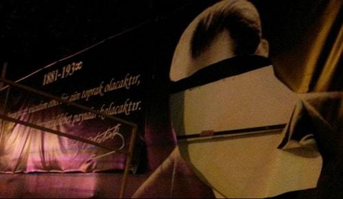 İzmirde Atatürke çirkin saldırı! Delik deşik etti