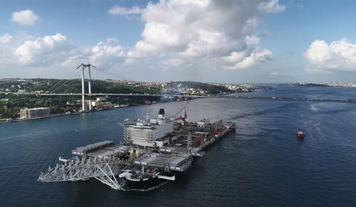 Bir dev İstanbul Boğazından geçiyor