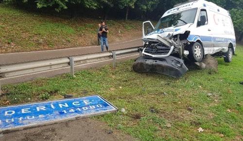 Bariyeri aşan ambulans ilçe tabelasına çarptı: 3 yaralı