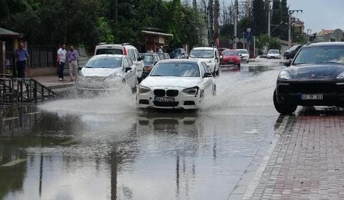 Darıcada yağmur etkili oldu; itfaiye aracı geçerken yol çöktü