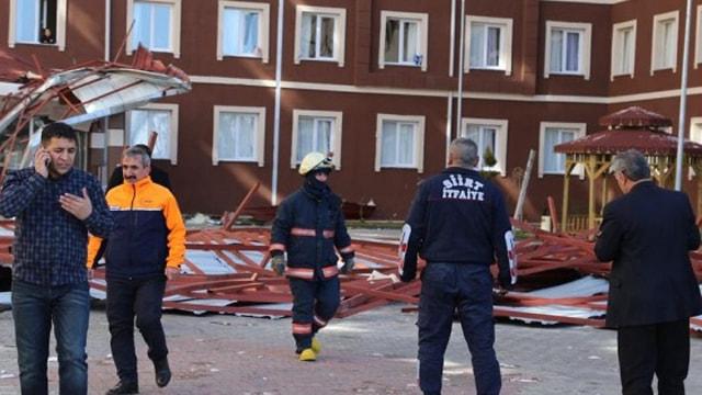 Siirtte öğrenci yurdunun çatısı uçtu