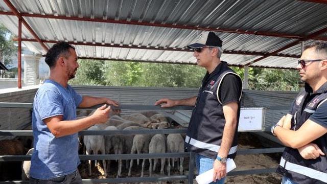 Polisten hayvan pazarı esnafına sahte para bilgilendirmesi