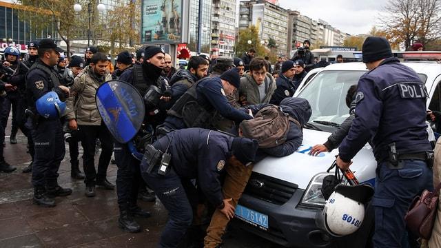Ankara'da izinsiz gösteriye müdahale