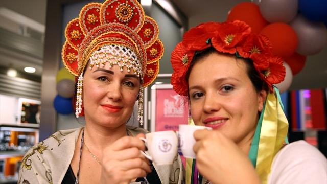 Antalya'da yabancı gelinler Türk kahvesi pişirdi