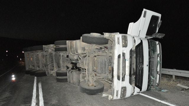 Kırşehir'de pancar yüklü tır devrildi: 1 ölü