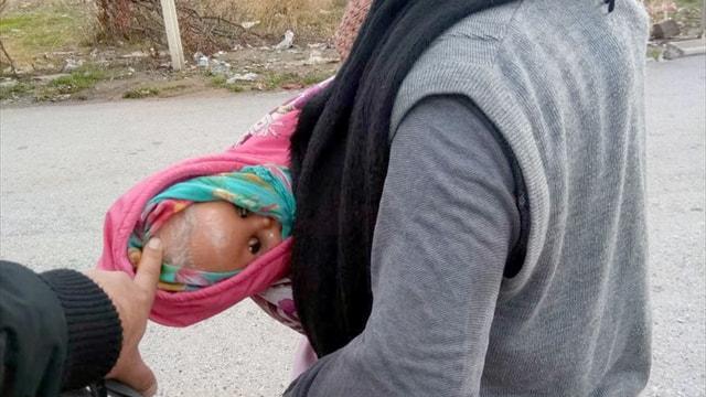 Oyuncak bebekle dilenen kadın yakalandı