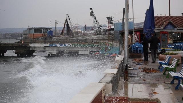Poyraz, Marmara Denizi'ndeki etkisini sürdürüyor