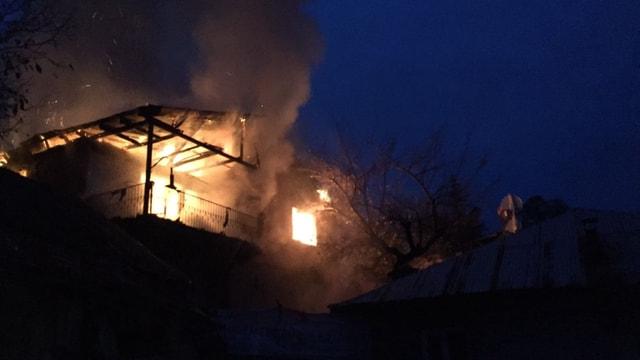Adana'nın Aladağ ilçesinde özel yurdun yandığı mahallede iki katlı bir evde yangın çıktı. Çevredeki evlerin tahliye edildiği yangına ekipler müdahale ediyor.