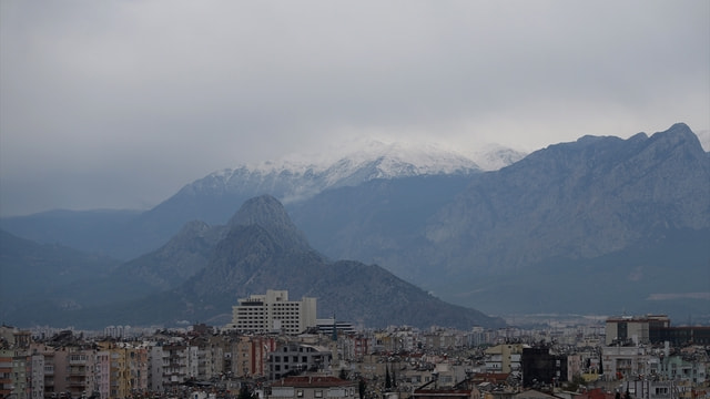 Antalya'ya mevsimin ilk karı yağdı