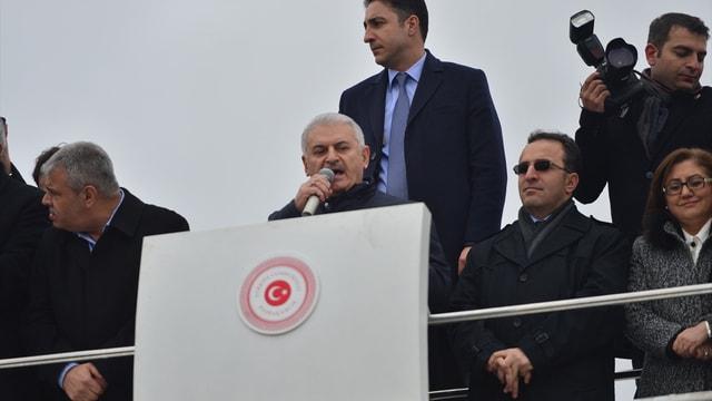 Başbakan Yıldırım: Dünyadaki her 5 mülteciden bir tanesi Suriyeli. Elhamdülillah Türkiye, Suriye'yi terk etmek zorunda kalan her 5 mülteciden 3'üne ev sahipliği yapıyor, bundan da büyük bir mutluluk duyuyoruz.