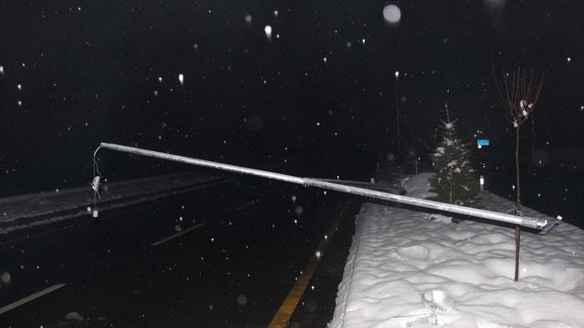 Rüzgarın devirdiği direkler araçların üstüne düştü