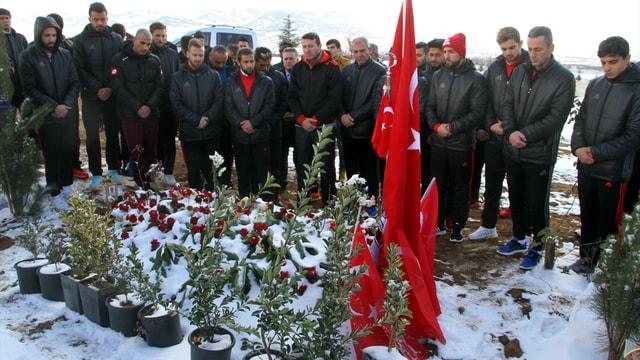 Elazığspor, şehit polis Sekin'in kabrini ziyaret etti