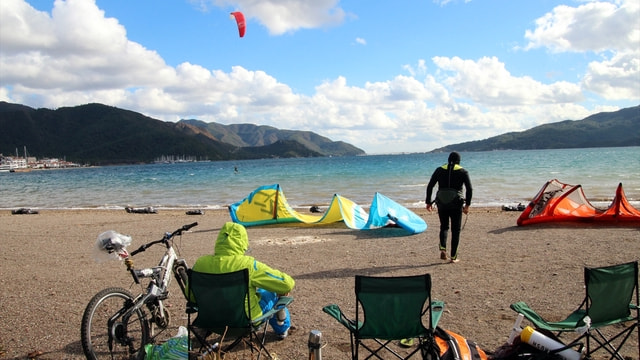 Saatte 10 kilometre hızla esen rüzgar sörfçülere yetti