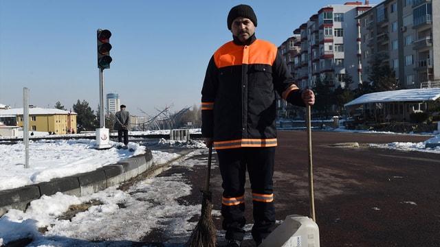 Temizlik işçisi bulduğu 20 bin lirayı teslim etti
