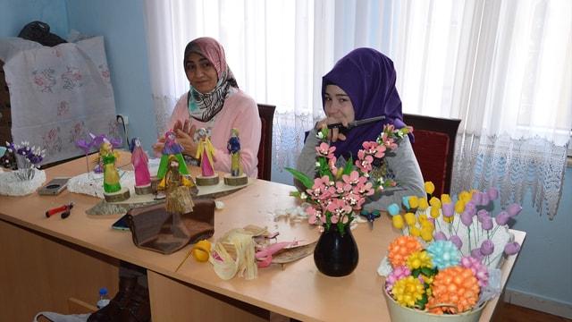 Ücretsiz kurslarda meslek öğrenip ailelerine katkı sağlıyorlar