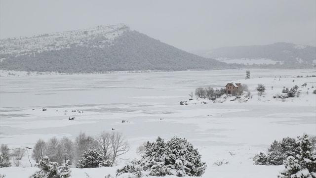 Soğuk hava Beyler Barajı'nın yüzeyini dondurdu