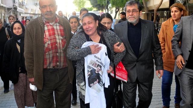 Duruşmaya öldürülen gencin fotoğrafı olan tişörtlerle geldiler
