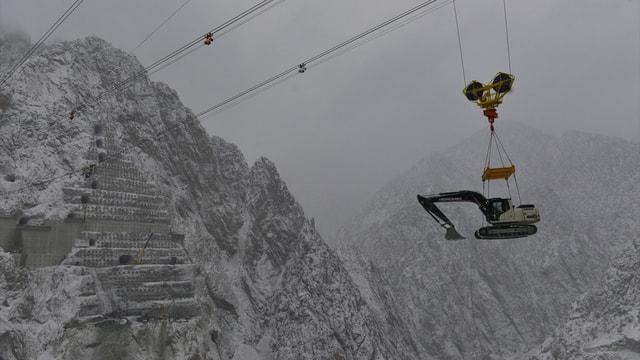 Beton mikseri, baraj inşaatına havadan taşındı