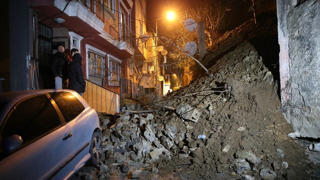 Şişli'de istinat duvarı çöktü