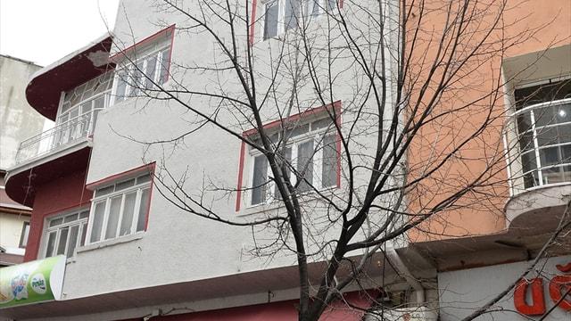 Yürürken kafasına pencere camı düşen genç kız yaralandı
