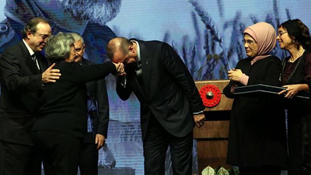 Erdoğan Kaplanoğlunun annesinin elini öptü