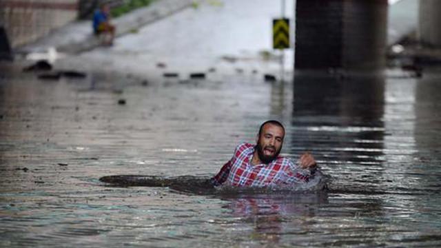 İstanbulu fırtına vurdu! Yüzerek kurtuldular!