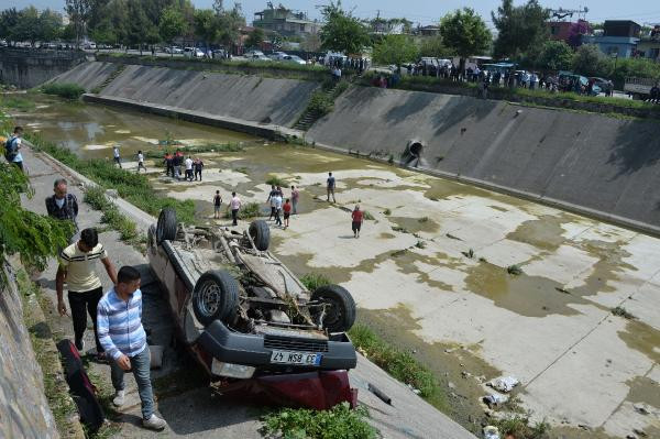 Adanada Otomobil yürüyüş yoluna düştü: 2 yaralı