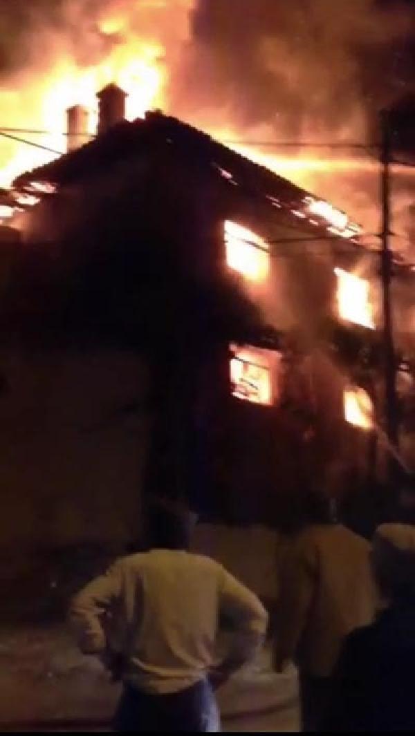 Muhtarın evi alev alev yandı